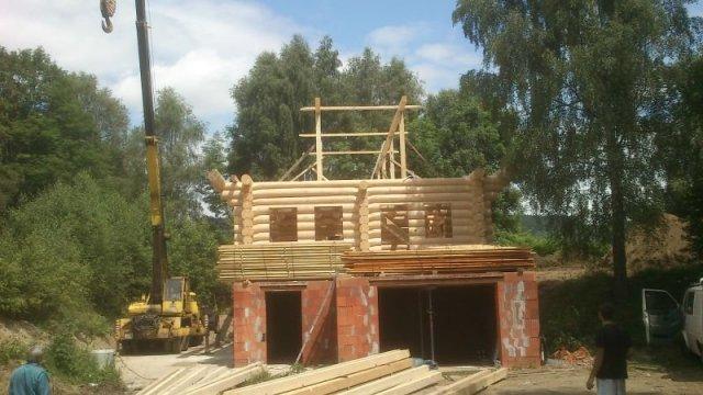 10.7.2013 - stavba srubu na místě