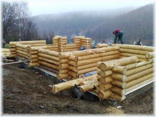 Skladba kmenů na stavbě srubu a zapracování elektroinstalace